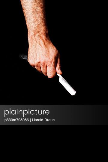 Hand mit Rasiermesser - p330m793986 von Harald Braun