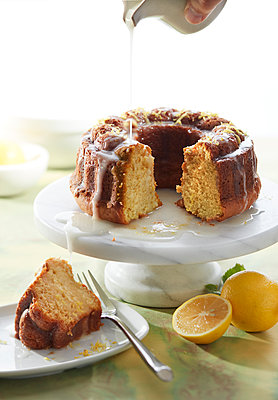 Lemon Pound Cake - p1166m2136421 by Cavan Images