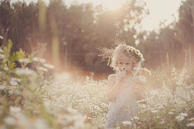 Russland, Mädchen auf einer Blumenwiese - p1642m2245290 von V-fokuse