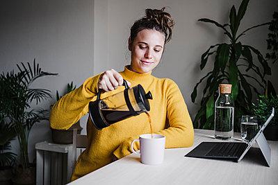 woman working at home, Madrid, Spain - p300m2251311 von Eva Blanco