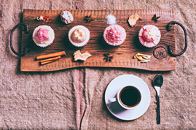 Cupcakes on ingredients on wooden tray with coffee - p555m1444070 by Denis Tevekov