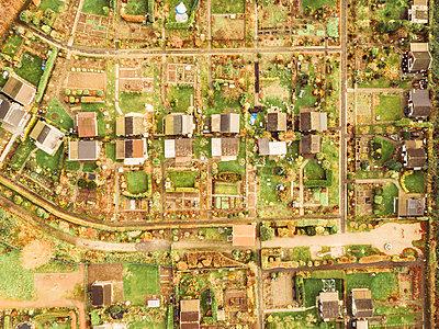 Schrebergärten in Duisburg, Luftaufnahme - p586m1092037 von Kniel Synnatzschke