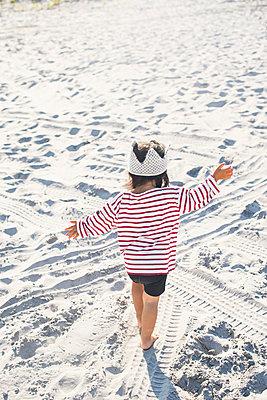 Little girl playing on beach - p924m1580674 by Wonwoo Lee