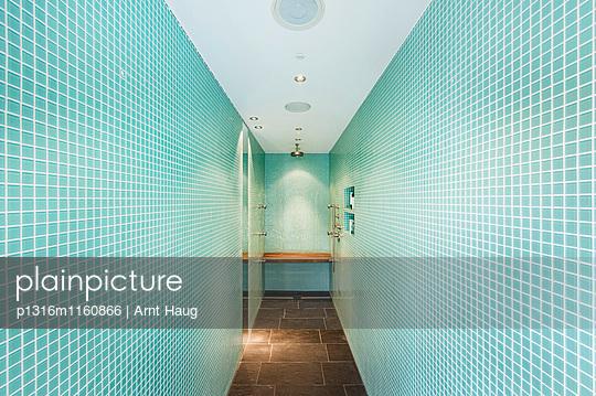 Dusche in einer Villa, Sauerland, Deutschland - p1316m1160866 von Arnt Haug
