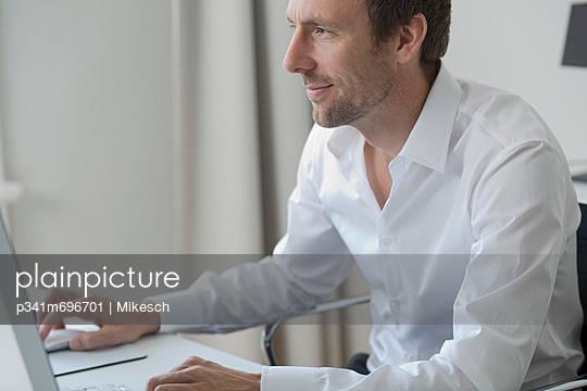 Büroarbeit - p341m696701 von Mikesch