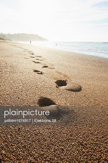 Fußspuren am Strand - p464m1574917 von Elektrons 08
