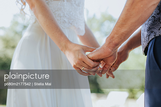 Hands of a wedding couple - p680m2177542 by Stella Mai