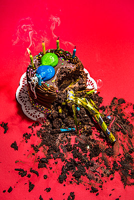 Broken birthday cake - p1094m2057250 by Patrick Strattner