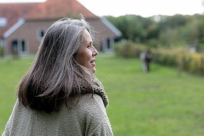 Best Ager vor dem Bauernhof - p1212m1496970 von harry + lidy