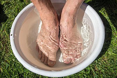 Bare feet in wash basin - p1418m1572512 by Jan Håkan Dahlström