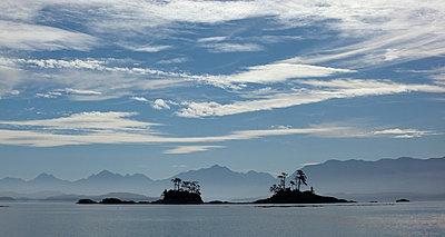 Franklin Range overlooking island group along Johnstone Strait - p884m863704 by Matthias Breiter
