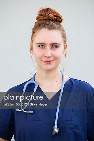 plainpicture - plainpicture p299m1586012 - Young woman doctor with ste... - plainpicture/Silke Heyer
