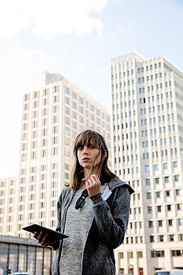 Junge Frau mit Ipad am Potsdamer Platz - hoch - p1212m1136940 von harry + lidy
