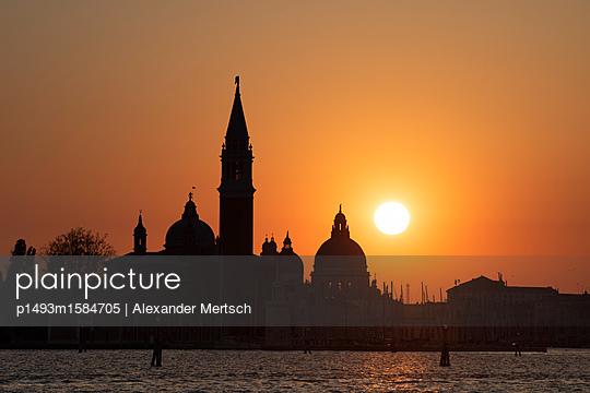 Sonnenuntergang hinter San Giorgio Maggiore und Salute-Kirche, Venedig - p1493m1584705 von Alexander Mertsch