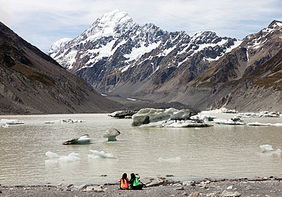 Zwei Frauen rasten im Mount-Cook-Nationalpark - p1599m2173716 von Sandra Bergemann