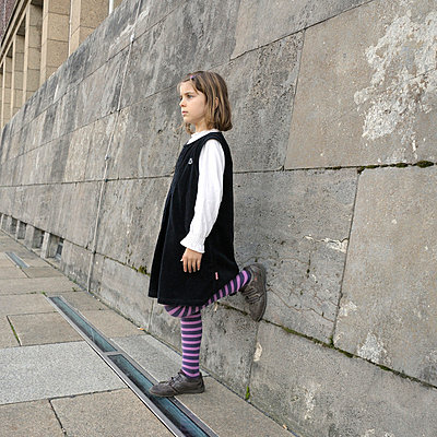 Little girl waiting - p3660007 by Hartmut Gerbsch