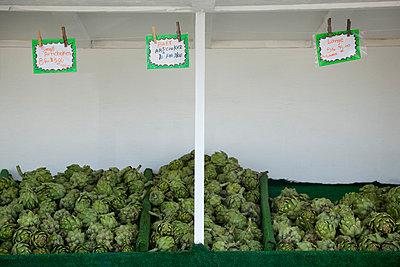 Artischockenverkauf auf dem Gemüsemarkt - p4950201 von Jeanene Scott