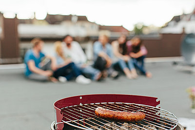 Barbecue on a rooftop - p586m919051 by Kniel Synnatzschke
