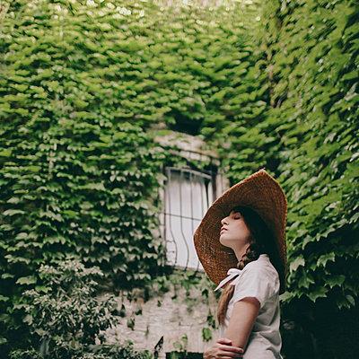 Junge Frau mit Hut - p1414m1477181 von Dasha Pears