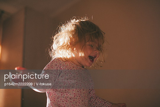 Toddler girl with blond hair fooling around - p1642m2222209 by V-fokuse
