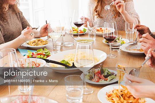 Beim Essen - p981m1160103 von Franke + Mans