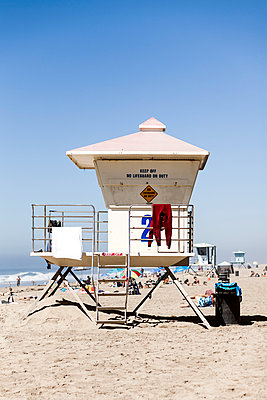 A lifeguard station on busy Huntington Beach, California - p1094m971540 by Patrick Strattner