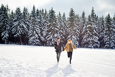 Young couple goes on a winter walk - p1124m1589312 by Willing-Holtz