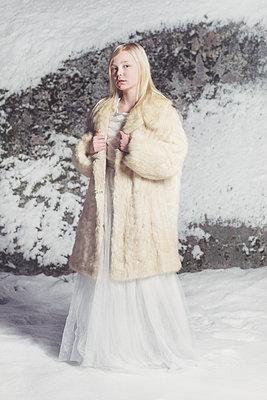 girl in a fur in the snow  - p1323m2063499 von Sarah Toure