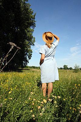Frau auf Sommerwiese II - p258m830611 von Katarzyna Sonnewend