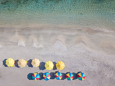 Aerial view of colorful parasols arranged at beach, Bali, Indonesia - p300m2144184 by Konstantin Trubavin