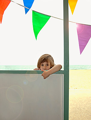 Portrait of girl (5-7) by beach hut, Southwold, Suffolk, United Kingdom - p300m2298741 von LOUIS CHRISTIAN