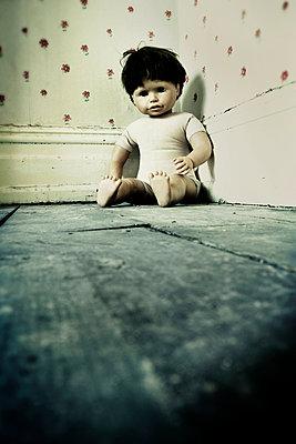 Puppe in der Ecke - p597m1016197 von Tim Robinson