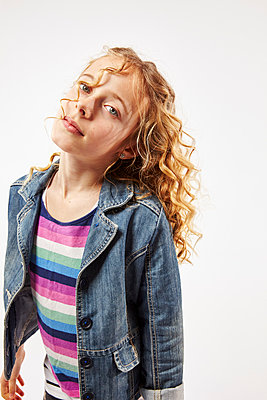 Blonde girl with curly hair looking at camera  - p968m1128431 by roberto pastrovicchio