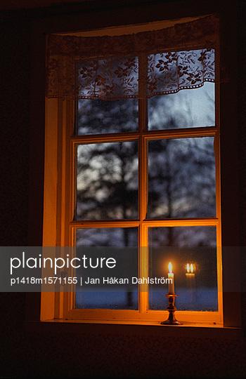 Kerze am Fenster - p1418m1571155 von Jan Håkan Dahlström