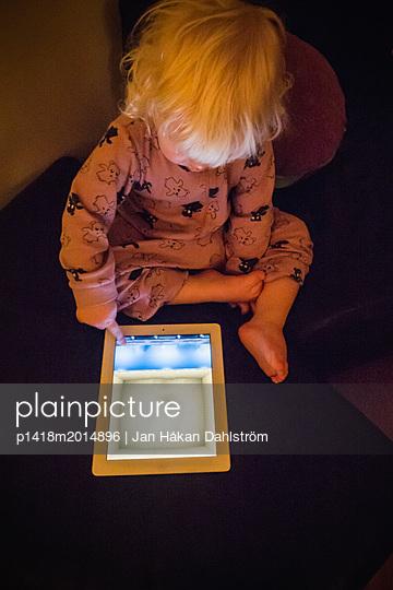 Kleiner Junger spielt mit Tablet PC - p1418m2014896 von Jan Håkan Dahlström