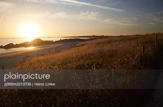 France, Bretagne, Finistere, Coast of Trevignon in the evening - p300m2213736 by Heinz Linke
