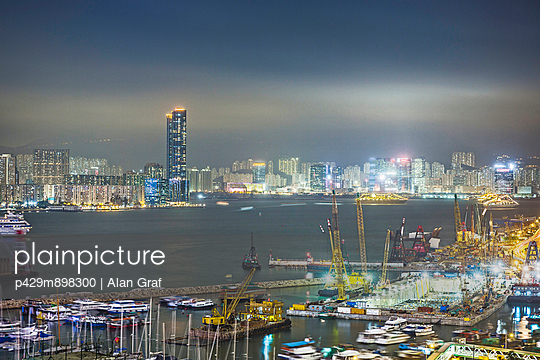 City and port at night - p429m898300 by Alan Graf