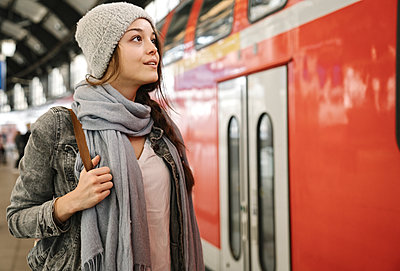 Young woman at the station platform as the train comes in, Berlin, Germany - p300m2154538 by Hernandez and Sorokina