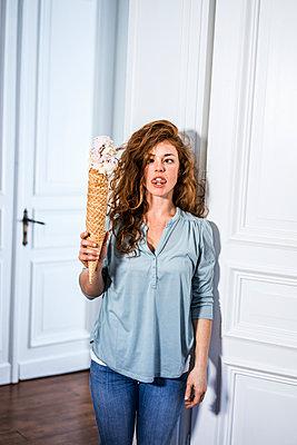 Woman holding huge ice cream cone - p586m1144056 by Kniel Synnatzschke