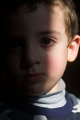 Little boy looking at camera  - p794m2073064 by Mohamad Itani