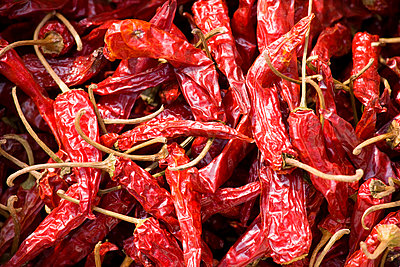 Sun-dried chillies on sale in Ping An - p871m873351 by Tim Graham