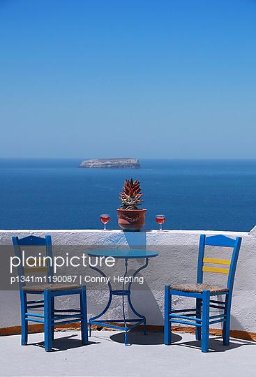 Weinglas mit Aussicht - p1341m1190087 von Conny Hepting