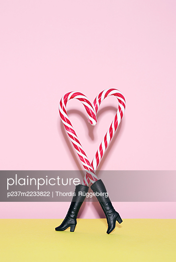 Heart made of candy canes - p237m2233822 by Thordis Rüggeberg