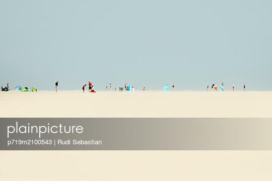 Menschen am Strand und Leuchtturm - p719m2100543 von Rudi Sebastian