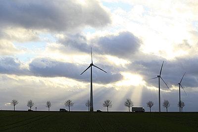 Windturbinen im Gegenlicht - p1258m1516717 von Peter Hamel