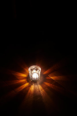 Tealight in a glass on floor - p1312m2175163 by Axel Killian