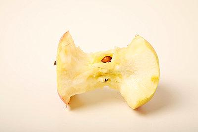 Abgenagter Apfel - p1650796 von Andrea Schoenrock