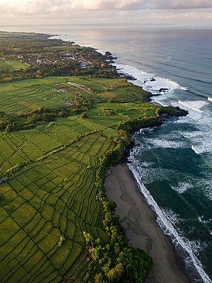 Indonesia, Bali, Kedungu, Aerial view of Kedungu Beach - p300m2029973 von Konstantin Trubavin