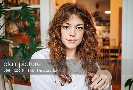 Porträt einer jungen Frau mit roten Haaren - p586m1200154 von Kniel Synnatzschke