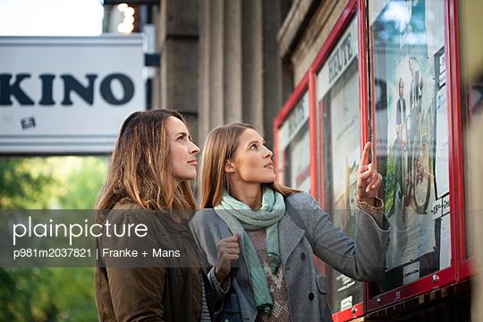 Kinobesuch - p981m2037821 von Franke + Mans